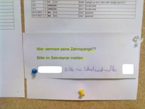 """Aushang """"Zahnspange gefunden!"""""""